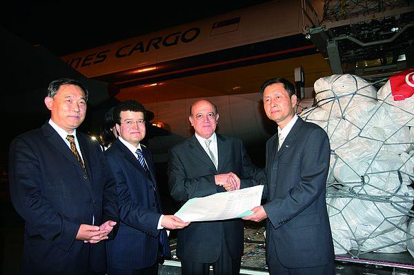 李若弘主席与突尼斯使馆一同向汶川灾区捐赠物资